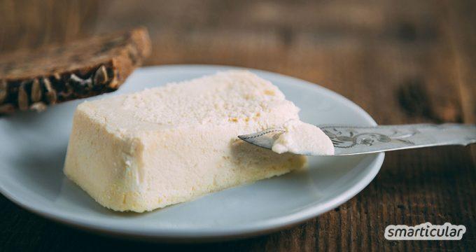 Anstatt Margarine aus dem Supermarkt mit bedenklichen Inhaltsstoffen zu verwenden, kannst du vegane Butter aus der Pflanzenmilch deiner Wahl auch einfach selbst herstellen.