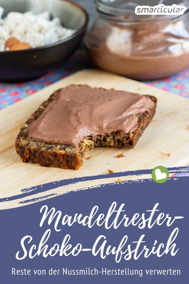 Statt den Trester wegzuwerfen, der bei der Herstellung von Mandelmilch übrig bleibt, kannst du mit diesem Rezept einen leckeren veganen Schokoaufstrich daraus machen.