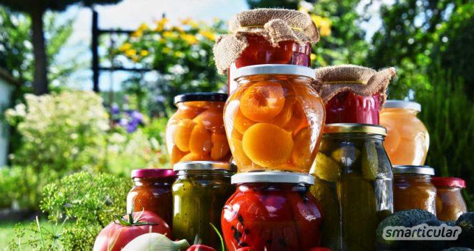 Durch Einkochen lassen sich Obst, Gemüse und andere Lebensmittel lange haltbar machen. Alles, was du brauchst, ist ein Topf und Schraub- oder Einmachgläser. Wir erklären, wie's geht!