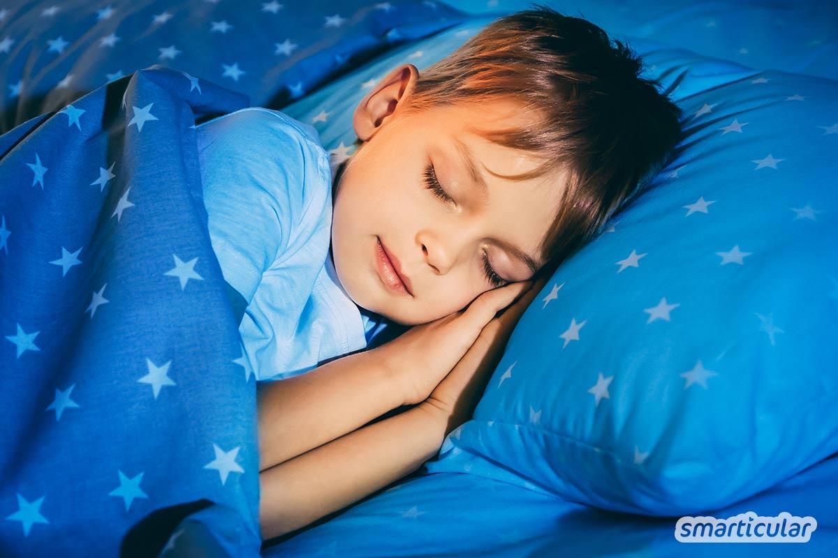 Bei Einschlafproblemen und innerer Unruhe können ätherische Öle helfen. Mit diesem einfachen Rezept für selbst gemachtes Schlaf-gut-Spray wird das Kopfkissen zur wohltuenden Einschlafhilfe.