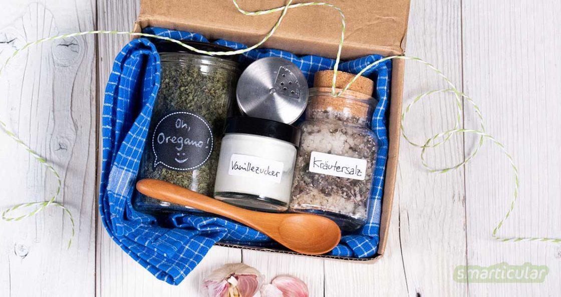 Selbst gemachte Geschenke sind viel persönlicher als gekaufte. Mit kleinen Geschenksets für die Hautpflege, den plastikfreien Einkauf und zum Essen machst du bestimmt eine große Freude!