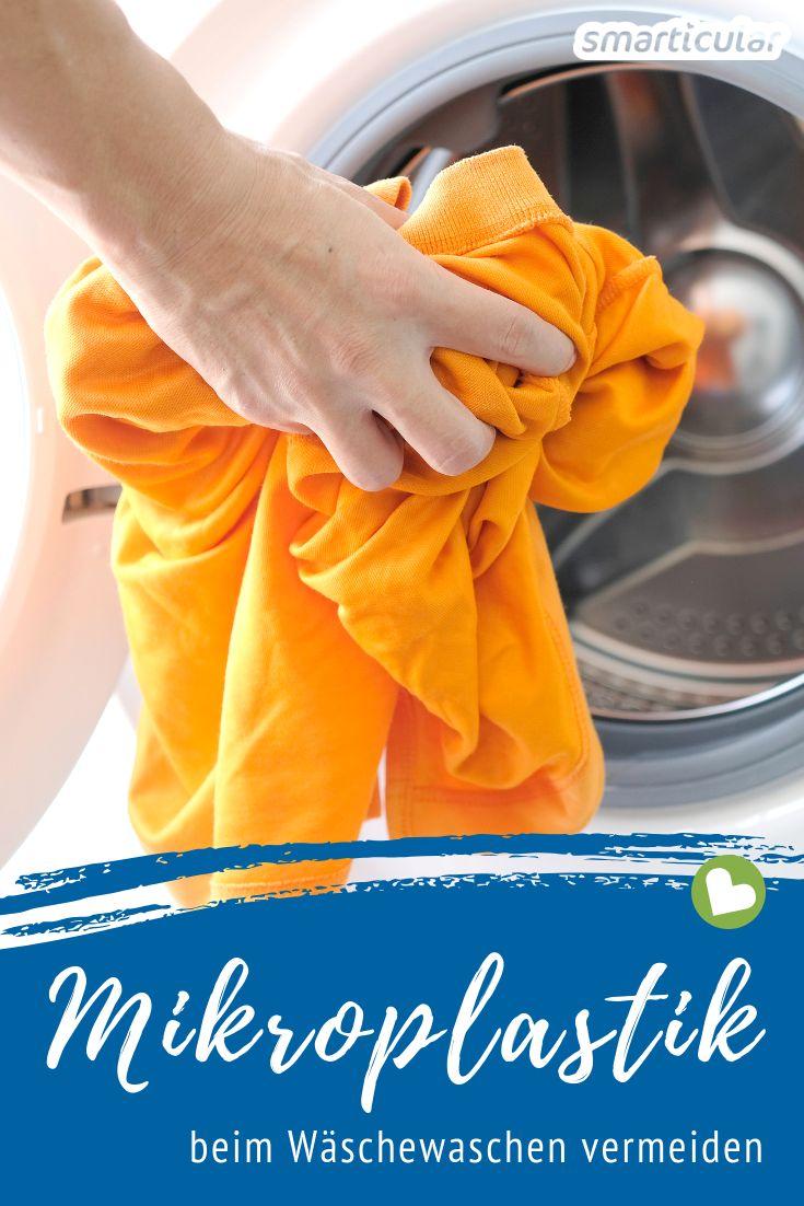 Wenn Synthetikkleidung gewaschen wird, gelangen Mikroplastikfasern ins Abwasser und gefährden die Umwelt und die Gesundheit. Mit diesen Tipps kannst du das Problem vermeiden.