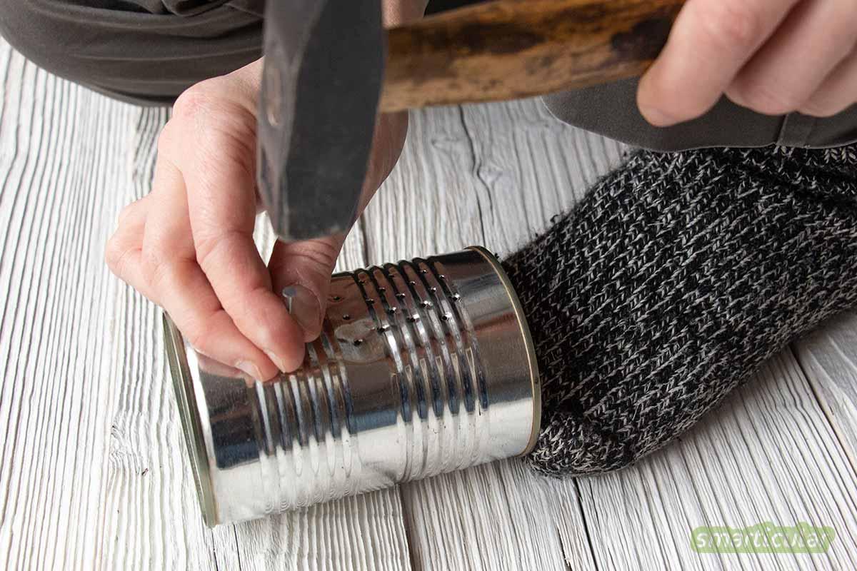 Konservendose, Hammer und Nagel - mehr ist nicht nötig, um ein Dosen-Windlicht mit einem hübschen Lochmuster zu basteln. Viel stimmungsvoller als eine nackte Kerze oder eine Lichterkette!