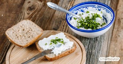 Wer Frischkäse ohne Plastikverpackung möchte, kommt ums Selbermachen kaum herum. Zum Glück ist es ganz einfach, köstlichen Frischkäse aus Joghurt herzustellen.
