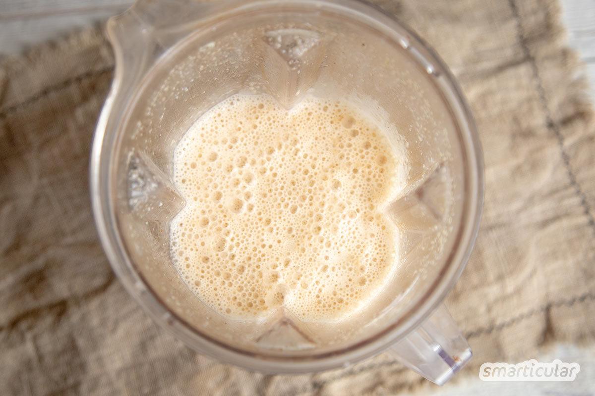 Mit diesem Rezept für Hafermilch aus Haferflocken kannst du die pflanzliche Milchalternative in wenigen Minuten herstellen. Flocken aus regionaler Quelle ohne Plastikverpackung machen den gesunden Drink besonders nachhaltig.