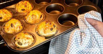 Es ist Sonntag, und der Brotkasten ist leer? Mit diesem Blitz-Rezept ist das Frühstück gerettet, denn damit sind frische Brötchen mit Hefegeschmack im Handumdrehen fertig.