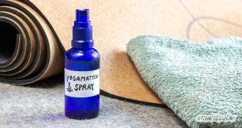 Yogamatten und andere Sportunterlagen lassen sich selten waschen. Mit einem selbst gemachten Mattenspray kannst du sie reinigen, auffrischen und ihnen einen angenehmen Duft verleihen.