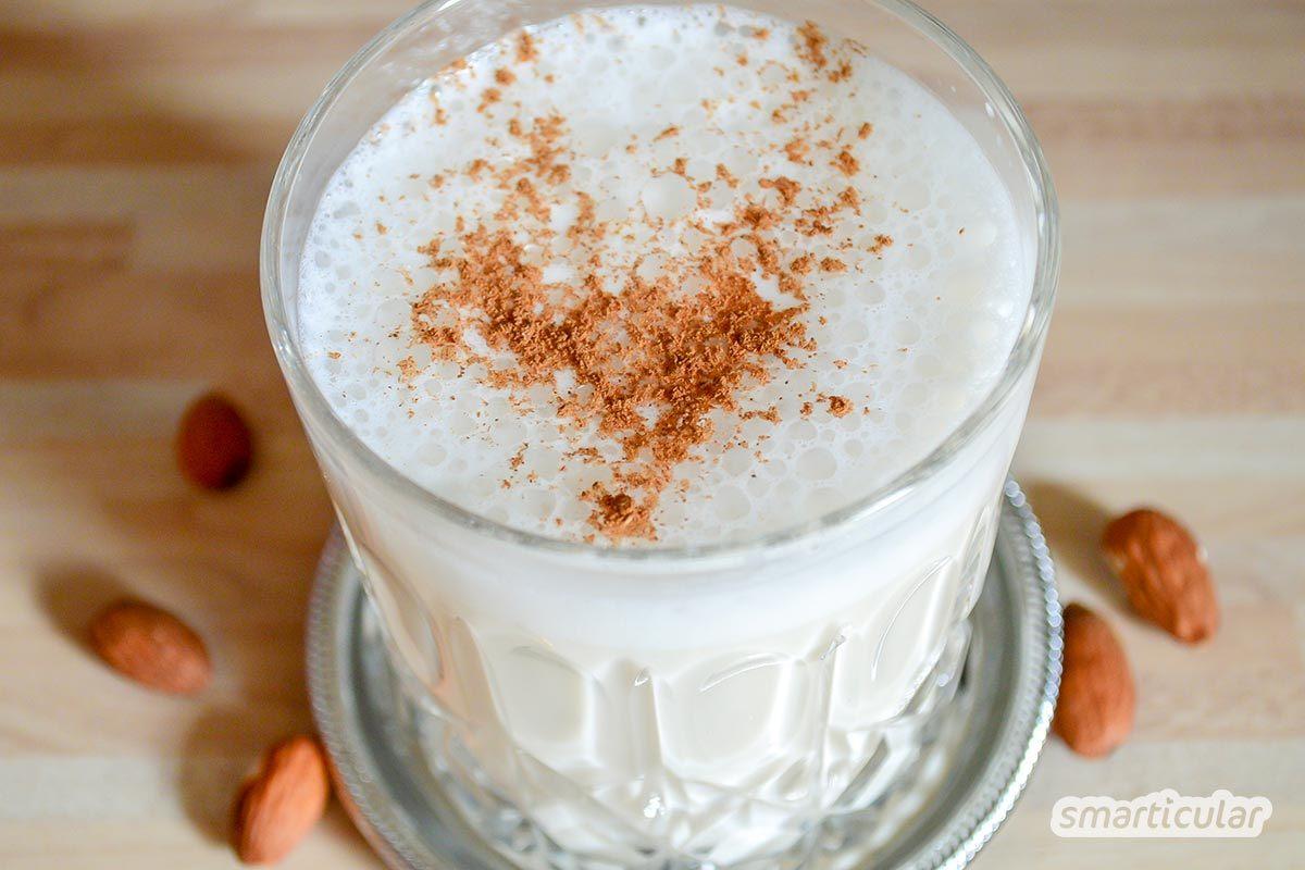 Ein pflanzlicher Mandeldrink als Milchalternative ist gesund und lecker und lässt sich sogar in Sekundenschnelle selber machen. Ganz einfach aus Mandelmus, sogar ohne Mixer.