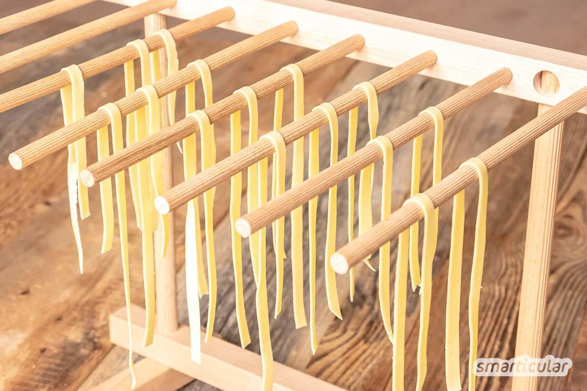 Vegane Nudeln ohne Ei, nur mit Hartweizengrieß und Wasser: So machst du den perfekten Nudelteig für die Verarbeitung mit der Nudelmaschine oder per Hand.