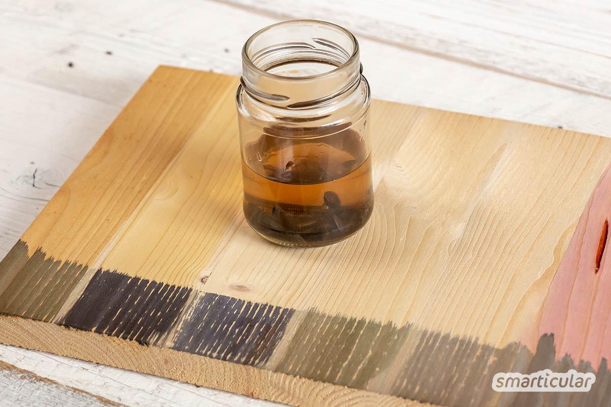 Wenn du alte Holzmöbel verschönern und ihnen eine andere Farbe geben möchtest, kannst du sie natürlich färben mit Kaffee, Tee oder Walnussschalen, statt handelsübliche Beize zu kaufen.