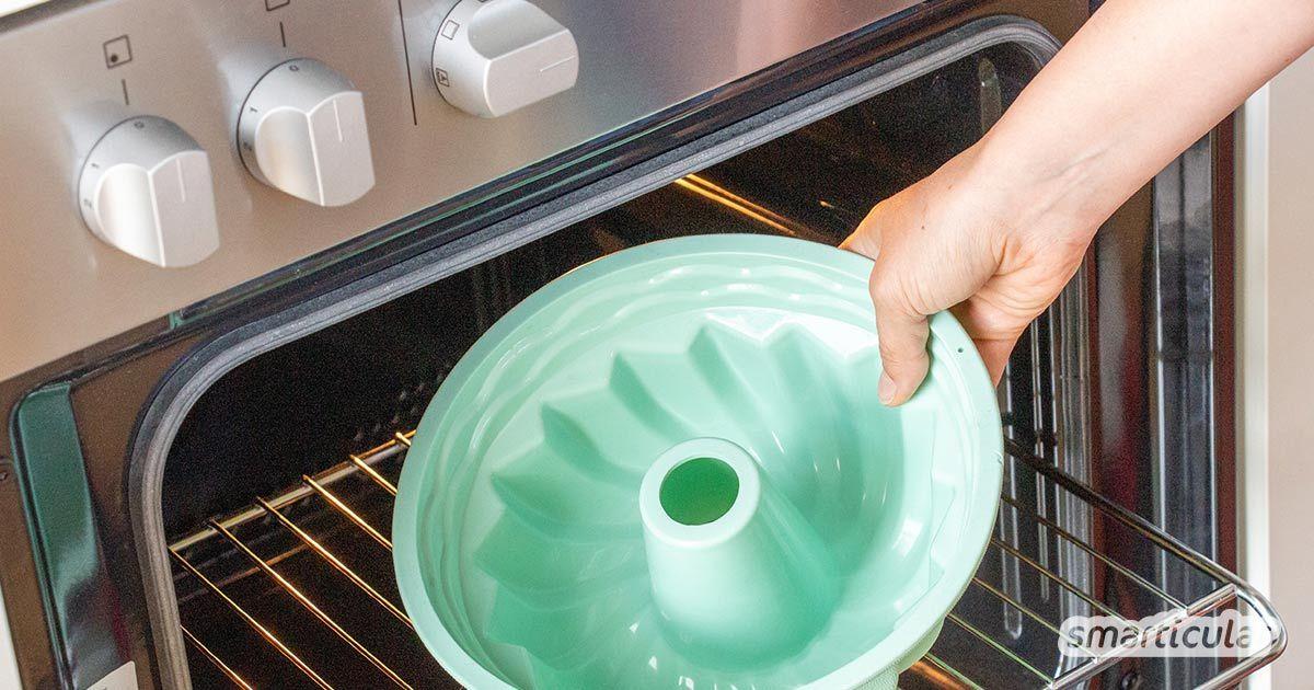 Um giftige Siloxane aus Silikon zu entfernen, die aus der Produktion zurückbleiben könnten, kannst du Backform, Schnuller und Menstruationstasse vor dem Gebrauch backen oder auskochen.