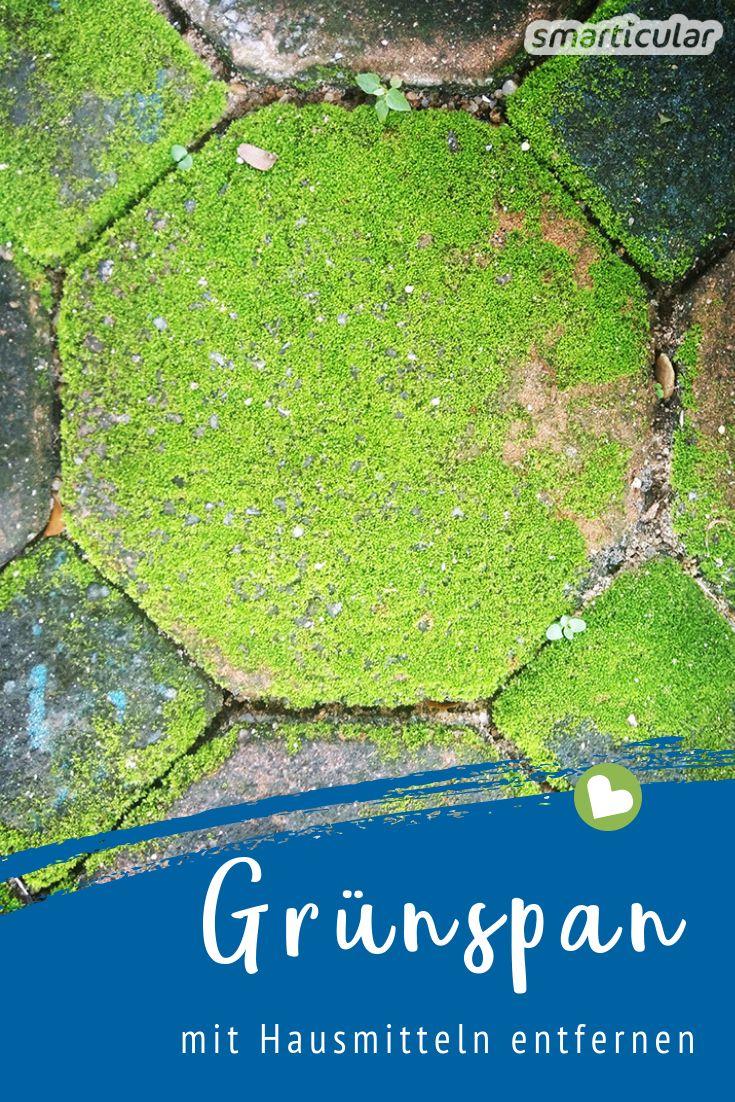 Grünspan, Moos und Grünbelag auf Holz und Steinen im Garten lassen sich mit einfachen Hausmitteln biologisch unbedenklich und ohne Plastikmüll beseitigen.