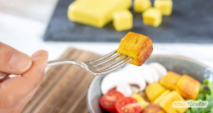 Kichererbsen-Tofu ist eine leckere Alternative zu Soja-Tofu, die sich aus Kichererbsenmehl einfach und schnell selber machen lässt.