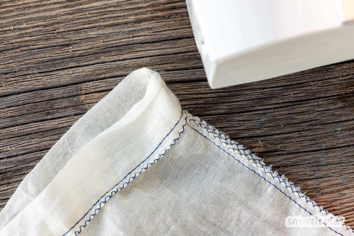 Ein selbst genähter Nussmilchbeutel erleichtert das Filtern der eigenen Mandelmilch oder Hafermilch. Wenn du Stoffreste aus Baumwolle oder Leinen dafür upcycelst, ist der Beutel außerdem plastikfrei.