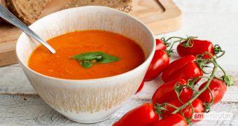 Eine Tomatensuppe aus frischen Tomaten schmeckt viel besser als eine aus der Dose oder der Tüte und verursacht viel weniger Müll. Besonders lecker wird sie mit diesem Rezept!