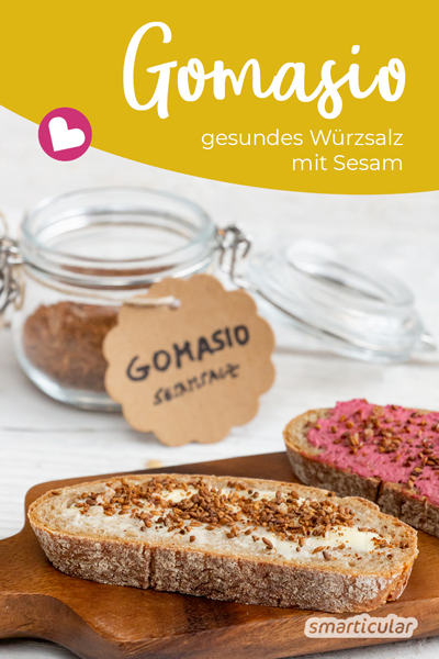 Gomasio eignet sich als gesundes Würzmittel für herzhafte Gerichte und macht herkömmliches Salz (fast) überflüssig. Aus viel Sesam und etwas Salz lässt sich das gesunde Würzmittel kinderleicht selber machen.