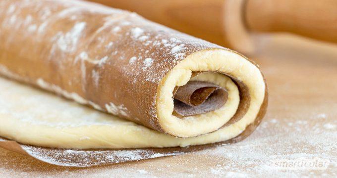 Selbst gemachten Pizzateig einfrieren: So hast du immer frischen Pizzateig auf Vorrat, schon fertig auf Backpapier ausgerollt.