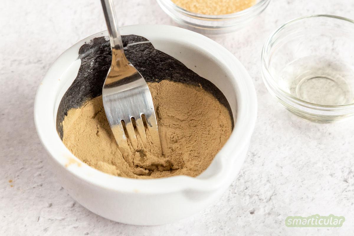 Eine Aktivkohle-Maske mit Heilerde hilft, Mitesser zu entfernen und die Hautporen von überschüssigem Talg und von zu reichhaltigen Cremes zu befreien.