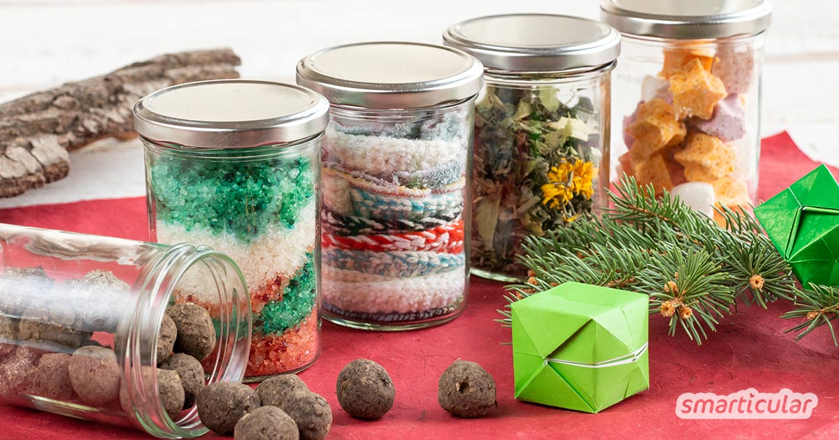 Bei Geschenken im Glas denkt man vor allem an eine dekorative Backmischung. Es gibt aber noch viele weitere originelle Kleinigkeiten, die man im Glas verschenken kann.