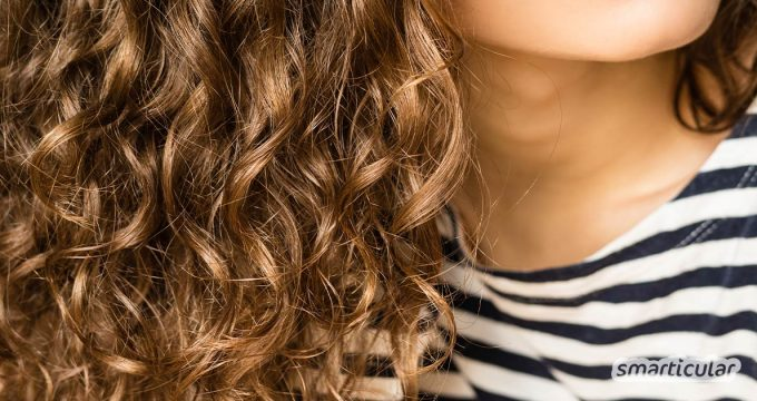 Damit lockiges Haar nicht zu Problemhaar wird, ist eine besondere Pflege empfehlenswert. Spezialprodukte sind aber nicht notwendig, sondern eine natürliche Haarpflegeroutine für Naturlocken.