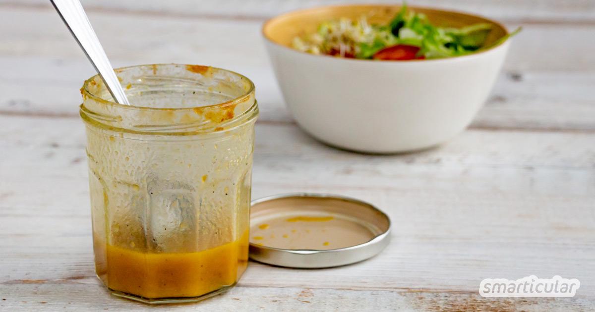 Statt unerreichbare Reste im Marmeladenglas auszuspülen, kannst du sie mit wenigen weiteren Zutaten zu einem leckeren Salatdressing verarbeiten.