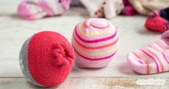 Eine tolle Upcycling-Idee für zu kleine oder verwaiste Socken sind selbst gemachte Sockenbälle. Sie können vielseitig als Spielzeug oder Trocknerbälle verwendet werden!