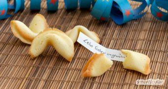 Mit diesem Rezept kannst du aus nur vier Zutaten Glückskekse selber machen! An Silvester oder zu anderen Anlässen sorgt die DIY-Alternative für jede Menge Orakel-Spaß.