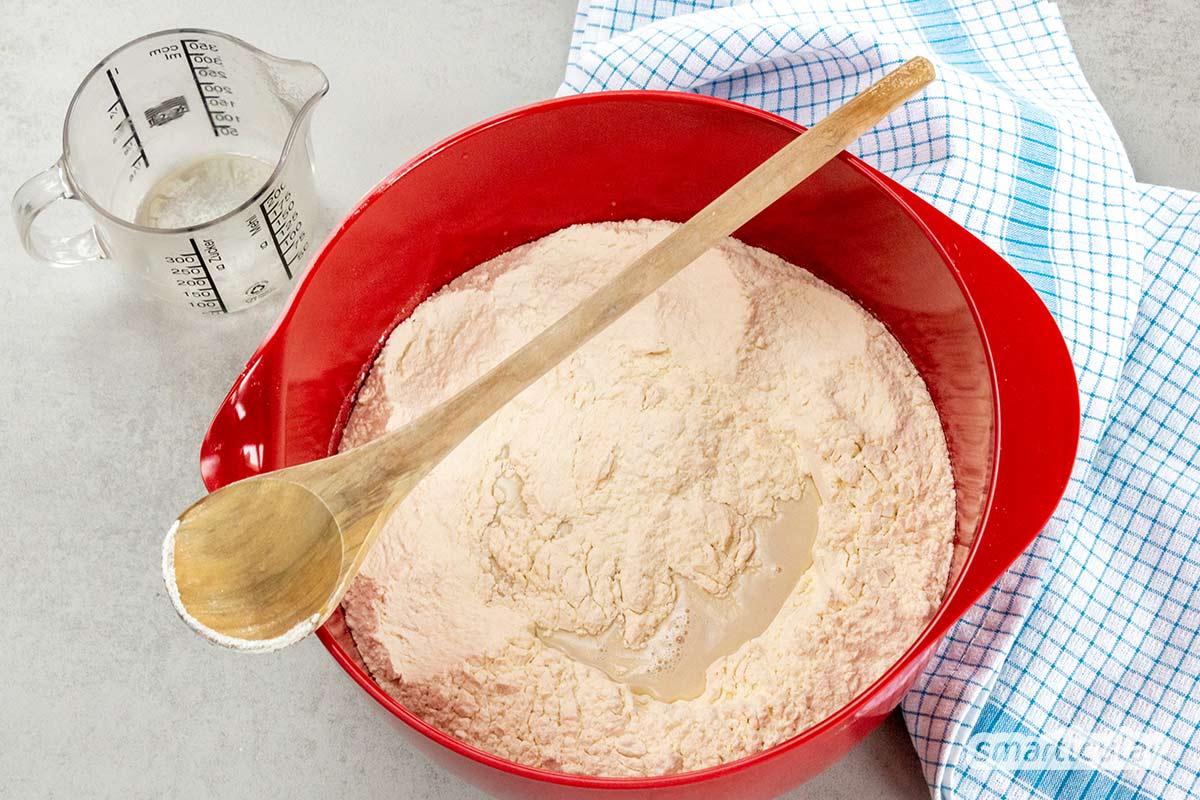 Milchbrötchen schmecken köstlich, sind aber oft zu süß und in viel Plastik verpackt. Dabei lassen sich die fluffigen Brötchen ganz einfach mit weniger Zucker und ohne Müll selber backen!