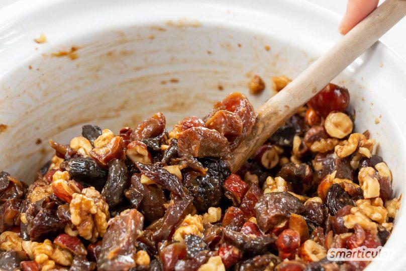 Dieses Früchtebrot-Rezept ergibt kein Brot im eigentlichen Sinne. Denn die Hauptzutaten sind Reste von Nüssen und Trockenfrüchten aus der Weihnachtszeit.