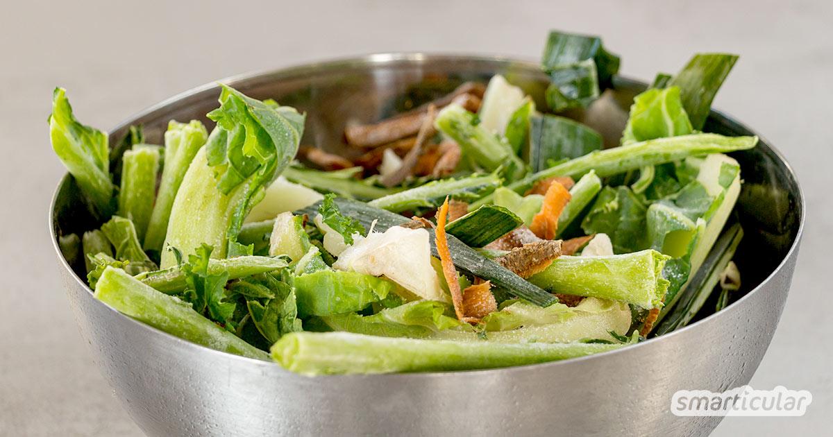 Aus Gemüseresten lässt sich leicht eine schmackhafte Brühe kochen. Aber nicht immer fallen zeitgleich genügend Reste an. Der Trick: Gemüsereste einfrieren und sammeln!