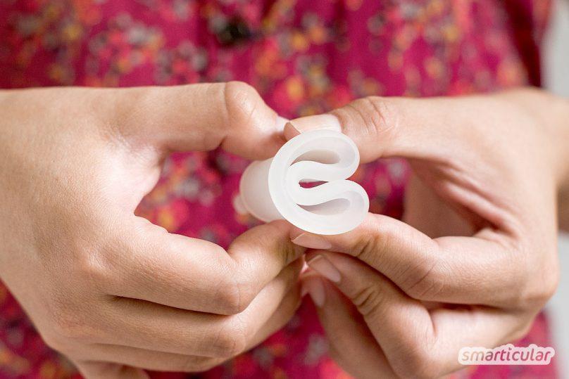 Menstruationstassen können unzählige Tampons ersetzen. Antworten auf alle wichtigen Fragen rund um die nachhaltige Monatshygiene findest du hier!