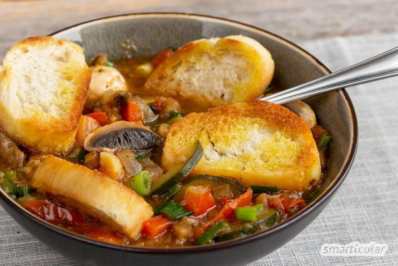 Mit Brotsuppe kann man einfach, schnell und immer wieder anders alte Brotreste verwerten. Hier findest du zwei Brotsuppen-Rezepte als Basis für eigene Ideen.