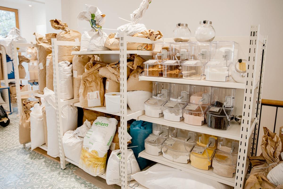 Wie erhalten Unverpacktläden eigentlich ihre Waren, und sparen sie wirklich Verpackungsmüll ein, oder packen sie alles nur aus, bevor der Kunde es sieht? Wir haben nachgefragt!