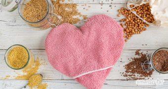 Ein Wärmekissen kann mit Körnern oder Obstkernen gefüllt werden. Ob nun Kirschkernkissen, Dinkelkissen oder eine ganz andere Füllung für dich am besten ist, erfährst du hier.