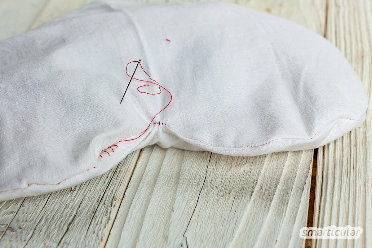 Ein Kirschkernkissen oder Körnerkissen lässt sich ganz einfach selber nähen. Es wärmt bei Bauchweh oder einem verspannten Nacken und ist auch zum Kuscheln sehr angenehm.