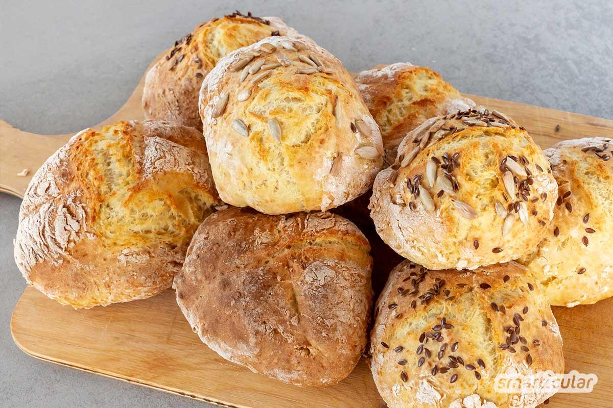 Wer keine Hefe mehr im Haus hat, muss nicht auf Brot und Brötchen verzichten. Mit diesen Rezepten gelingen Brötchen und Brot ohne Hefe.