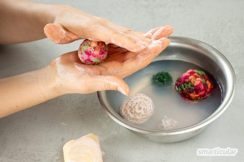 Filzkugeln lassen sich mit dieser Anleitung ganz einfach selber filzen. Dabei lassen sich gleichzeitig Wollreste upcyceln. Spezielle Filzwolle wird nicht unbedingt benötigt.