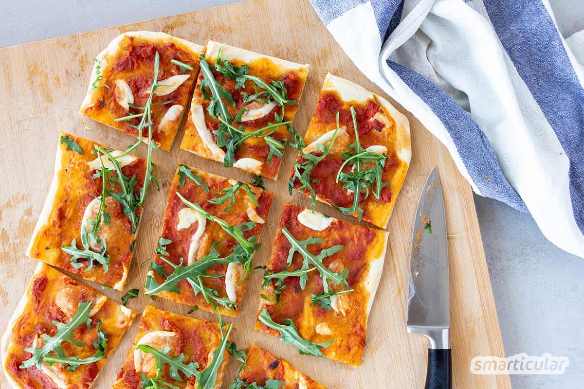 Es ist keine Hefe mehr im Haus, oder es besteht eine Unverträglichkeit gegen das Triebmittel? Kein Problem mit diesem Rezept für Pizzateig ohne Hefe!
