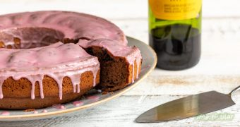 Rotweinkuchen ist eine köstliche Möglichkeit, Weinreste zu verarbeiten. Hier findest du ein einfaches Rezept für einen saftigen Kuchen, der sich leicht vegan backen lässt.