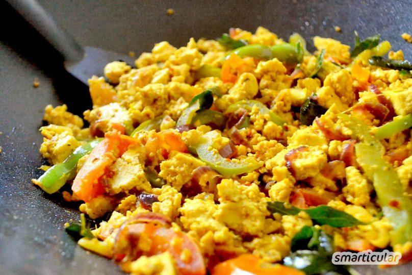 Scrambled Tofu ist eine saftige, vegane Alternative zu herkömmlichem Rührei. Die köstliche Beilage ist aus Tofuresten schnell zubereitet.