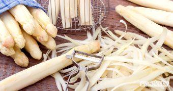 Es lohnt sich, Spargelschalen aufzuheben und zu verwerten, denn aus ihnen lässt sich aromatische Spargelcremesuppe und köstliches Spargelrisotto kochen.