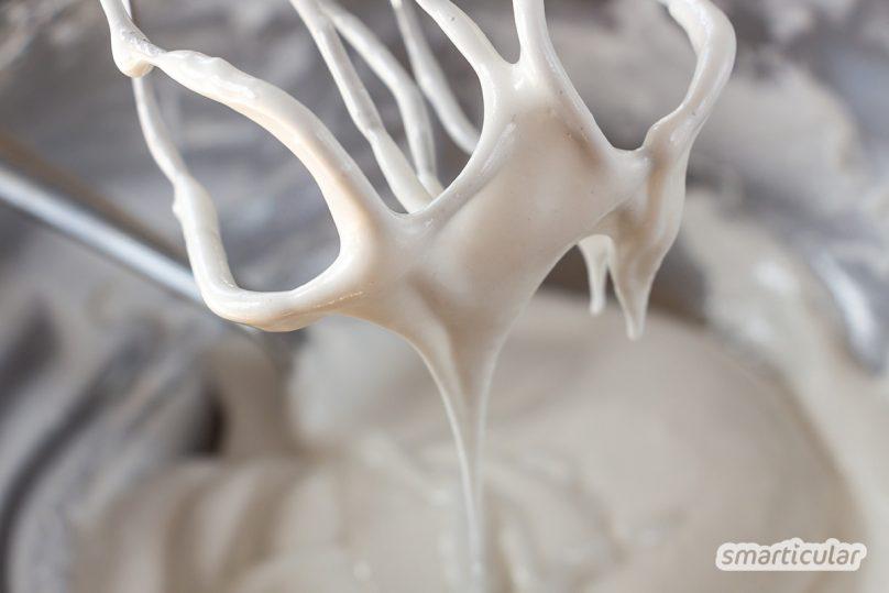 Vegane Baisers aus aufgeschäumtem Aquafaba lassen sich mit diesem Rezept genauso einfach zubereiten wie aus Eischnee. Die Kichererbsen schmeckt man nicht heraus.