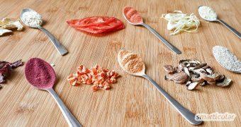 Aus Gemüseresten lässt sich leicht Gemüsepulver herstellen, das vielseitig verwendbar ist, Gerichten mehr Aroma verleiht und sogar als Lebensmittelfarbe verwendet werden kann.
