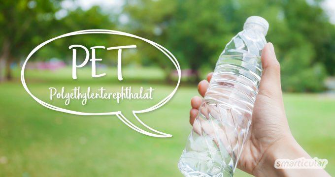 Polyethylenterephthalat, kurz PET, ist ein besonders häufig eingesetzter Kunststoff. PET kann bedenkliche Stoffe und Mikroplastik freisetzen. Hier findest du Alternativen!