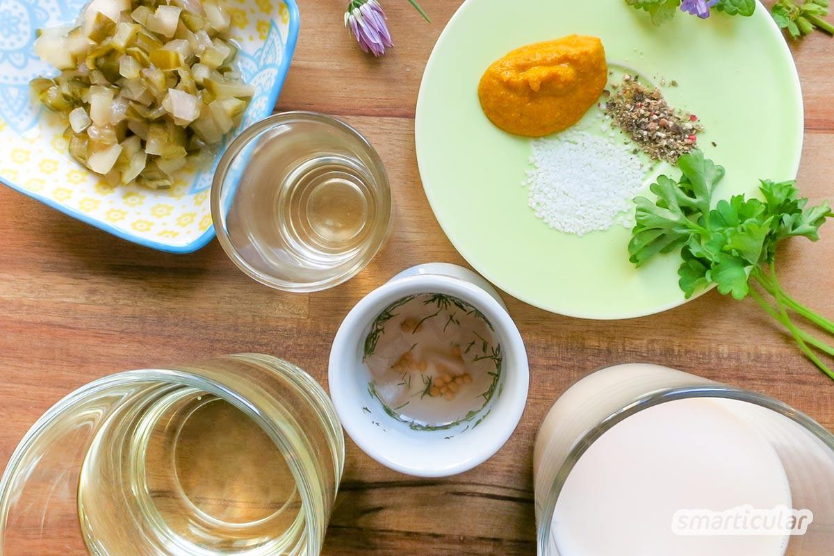 Vegane Remoulade lässt sich einfach selber machen. Nutze verschiedene Kräuter für klassische Remoulade oder probiere sie mit köstlichen Wildkräutern.