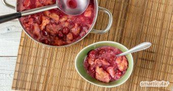Kirschsuppe mit Klüten ist eine sommerliche, warme Süßspeise aus Kirschen mit kleinen Mehlklößen - köstlich und im Nu zubereitet!