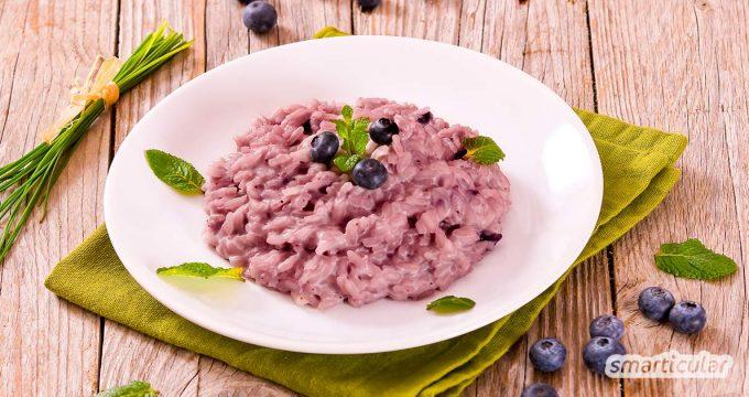 Blaubeer-Risotto sorgt für leuchtende Abwechslung auf dem Teller. Das Risotto mit Heidelbeeren überrascht mit einem blau-lila Farbton und frisch-herben Geschmack.