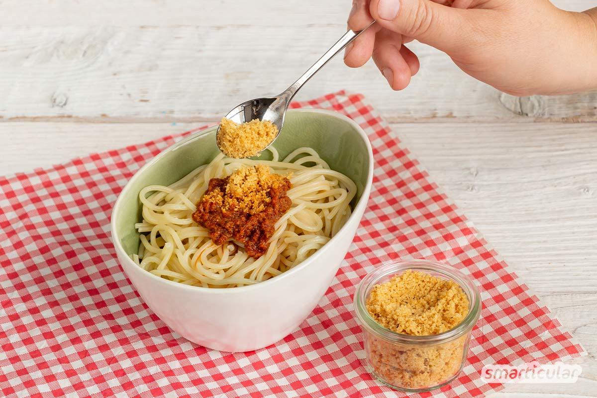 Veganer Parmesan lässt sich auf unterschiedliche Weise zubereiten. Hier findest du die besten Rezepte für ein würziges Pasta-Topping ohne Käse!