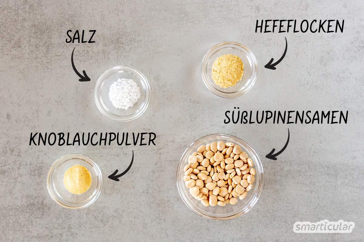 Köstlicher veganer Parmesan lässt sich mit eiweißreichen Lupinensamen ganz einfach selber machen - als würziges Topping für Pasta oder eine Scheibe Brot.