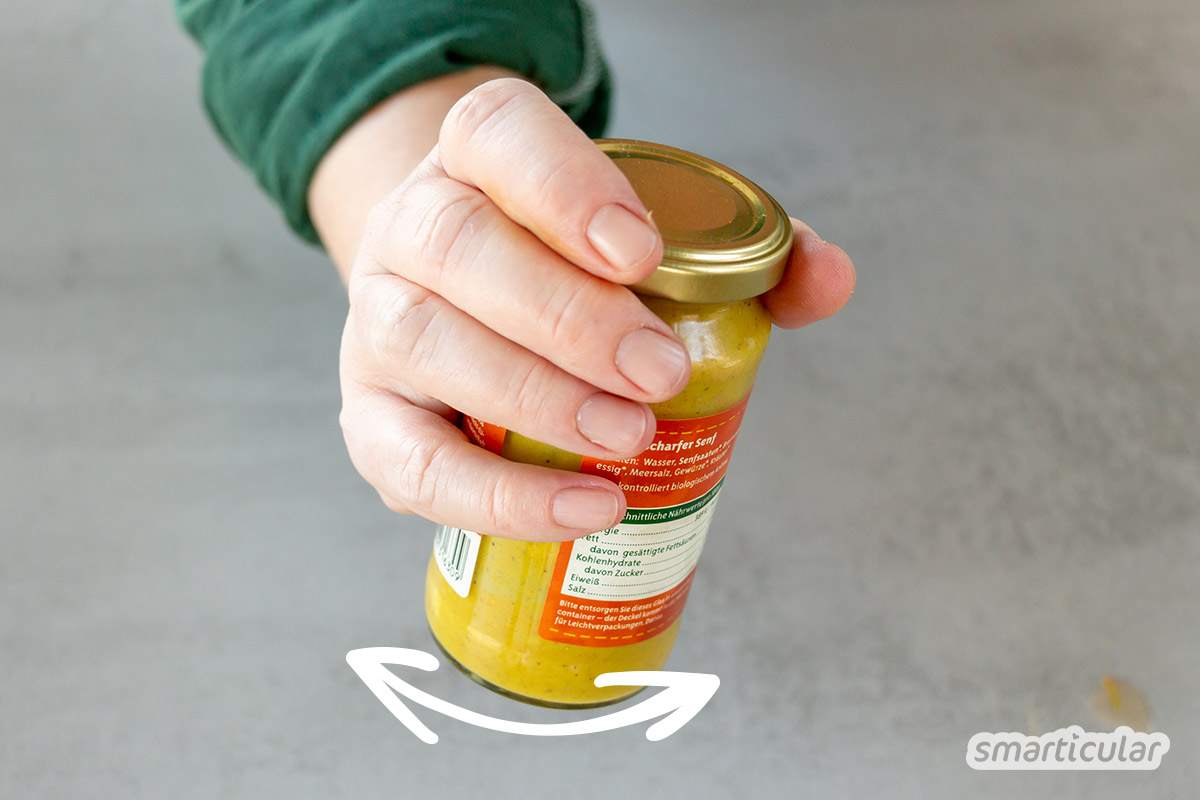 Senfreste gleich im Glas verwerten, statt es umständlich auszukratzen: Mit den Resten von Senf mixt du im Handumdrehen ein köstliches Honig-Senf-Dressing.